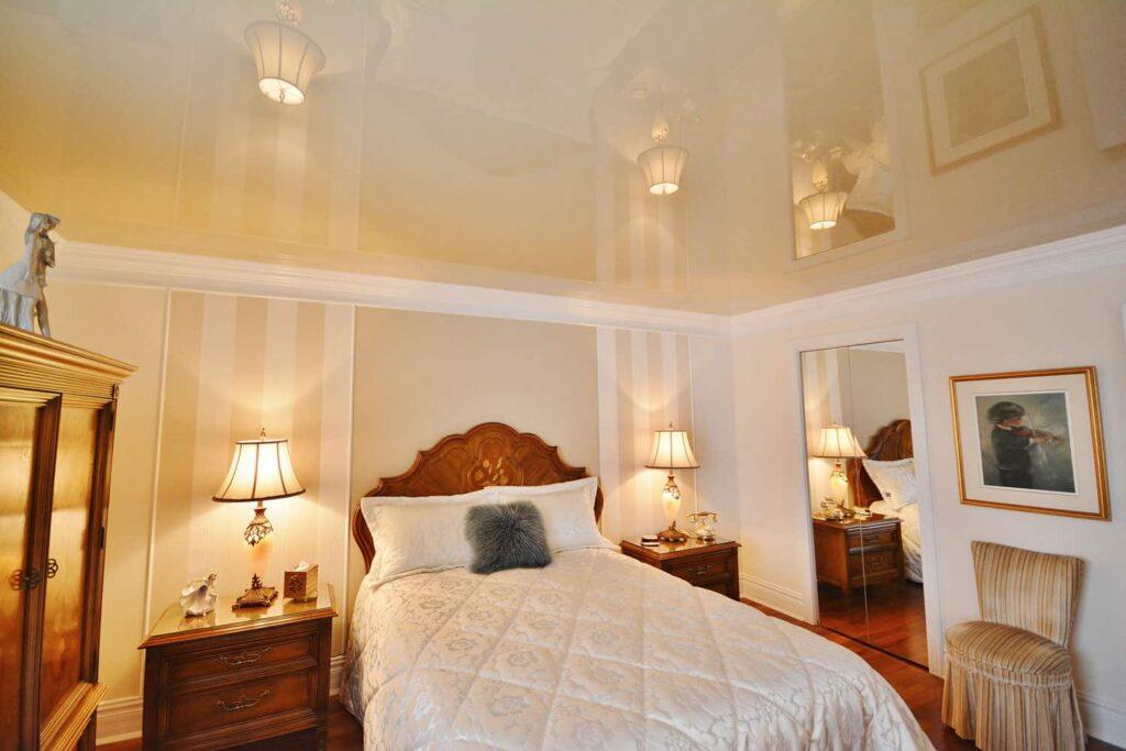 Натяжные потолки в спальне - лучший вариант во всех отношениях