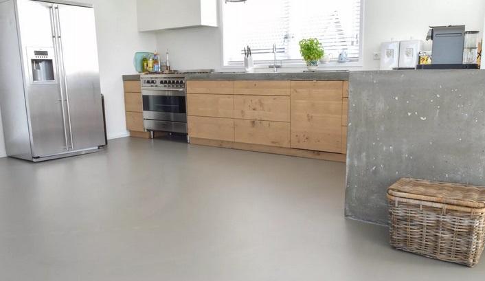 серая кухня - бетон на полу
